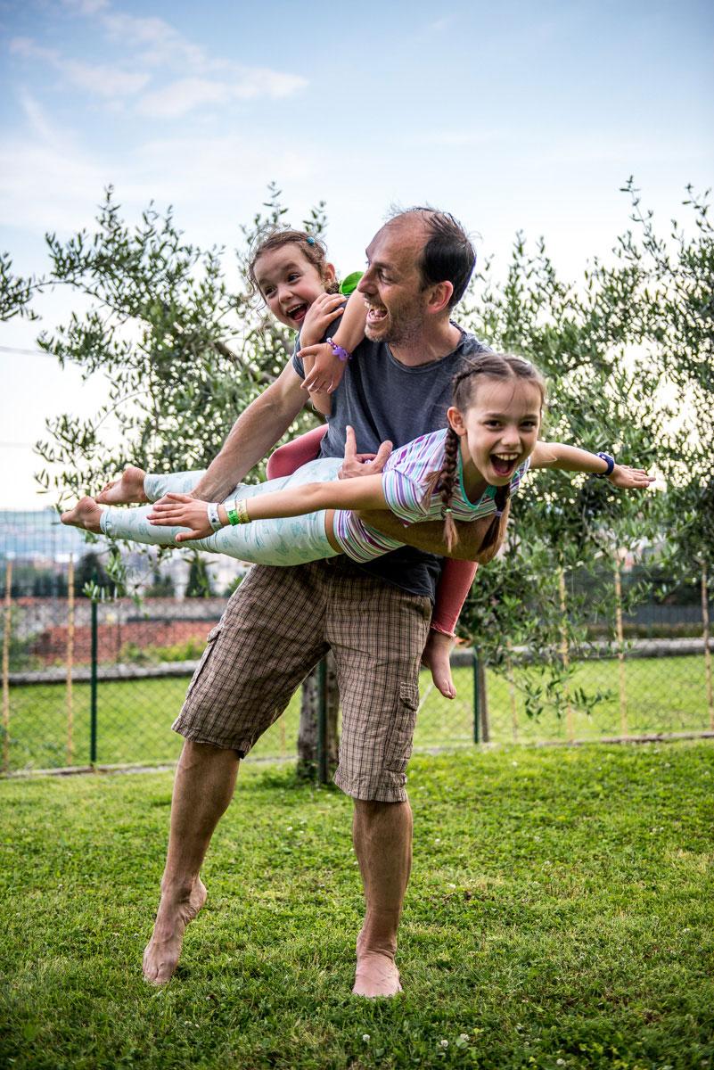 Foto di un papà e due figlie durante servizio fotografico DaddyCool